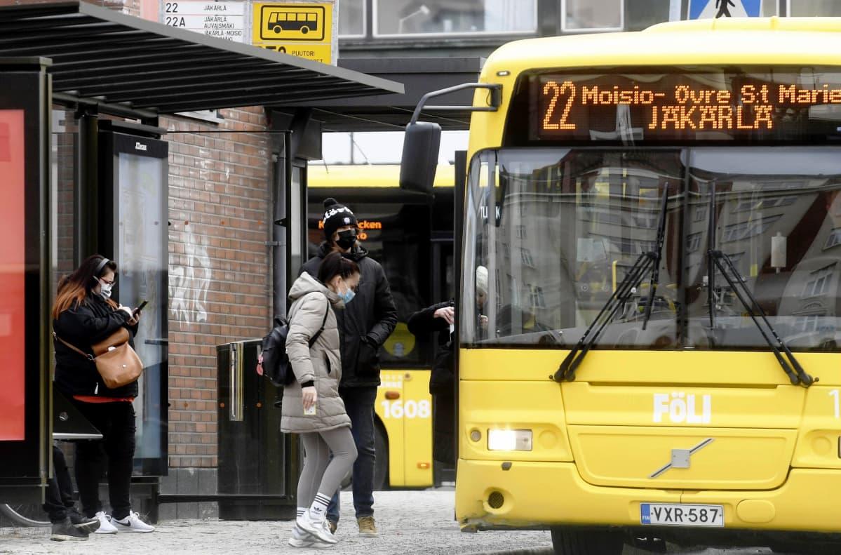 Ihmisiä ja linja-auto Turun keskustassa 22. maaliskuuta 2021.