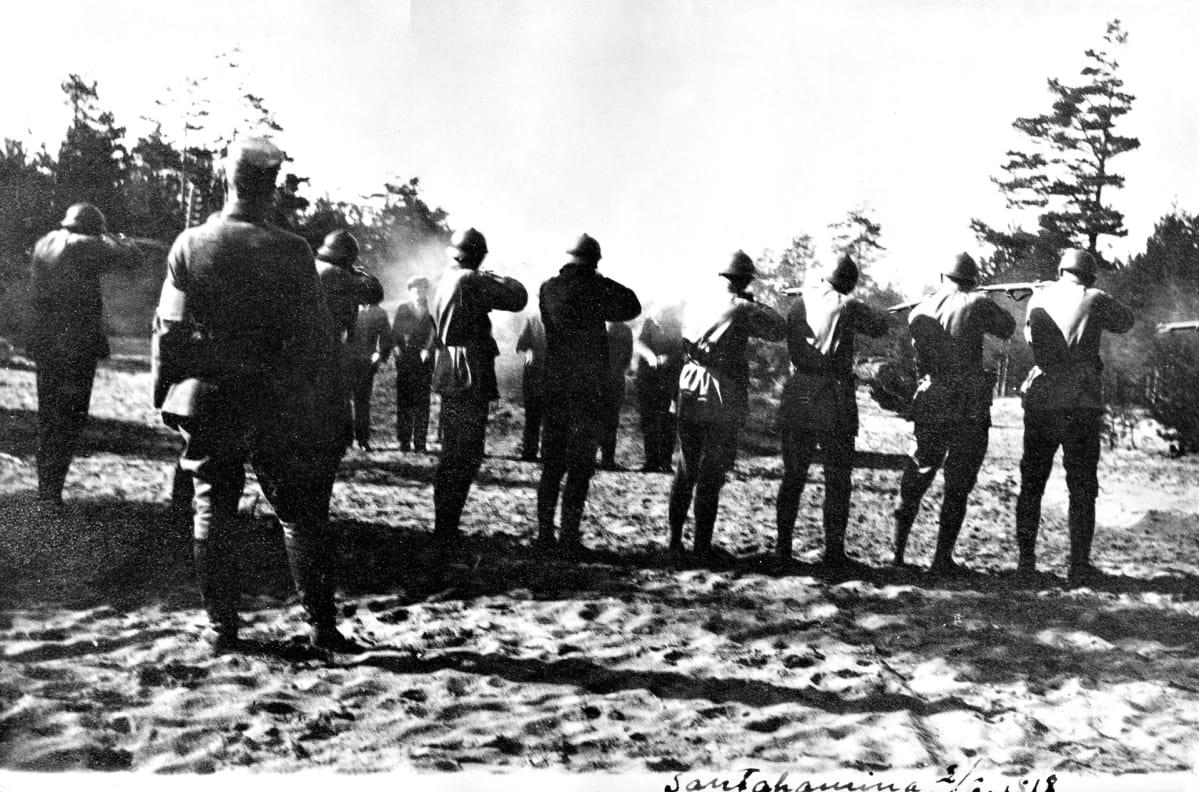 Punavankeja teloitetaan ampumalla Santahaminassa.