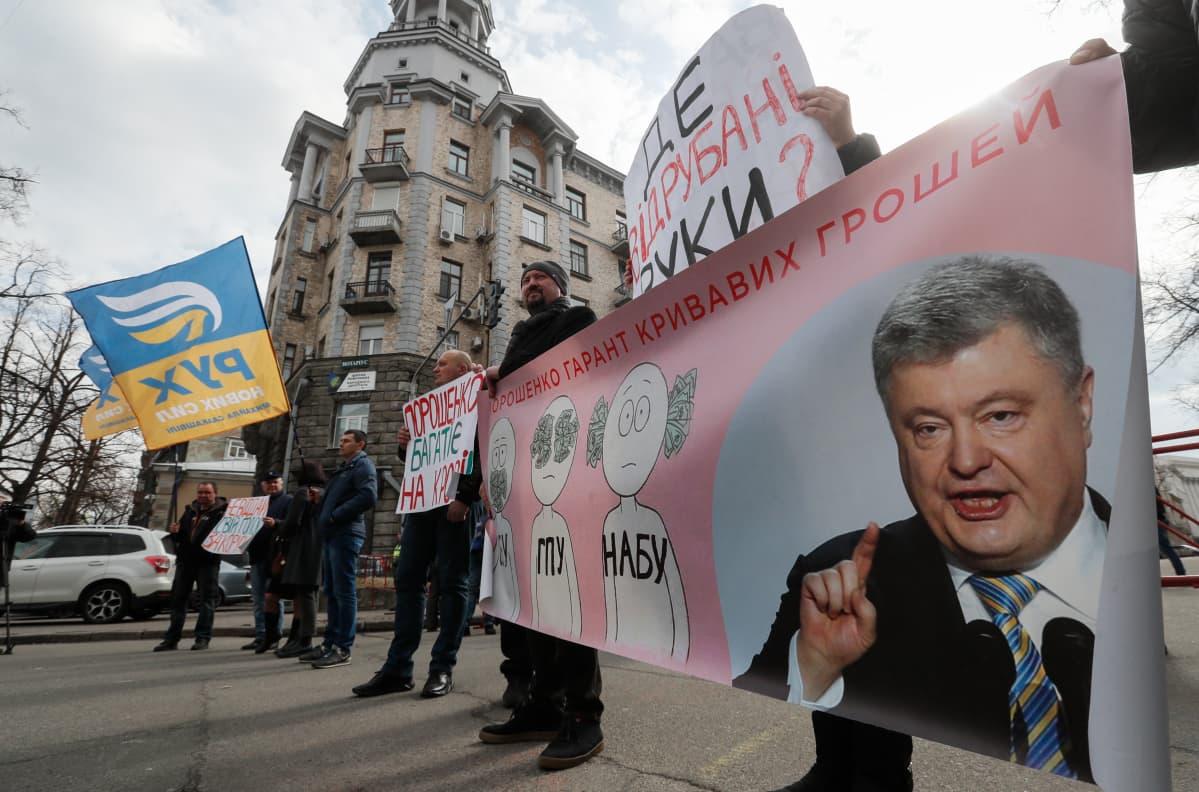 Petro Porošenkoa kritisoitiin korruption vastaisessa mielenosoituksessa Kiovassa.