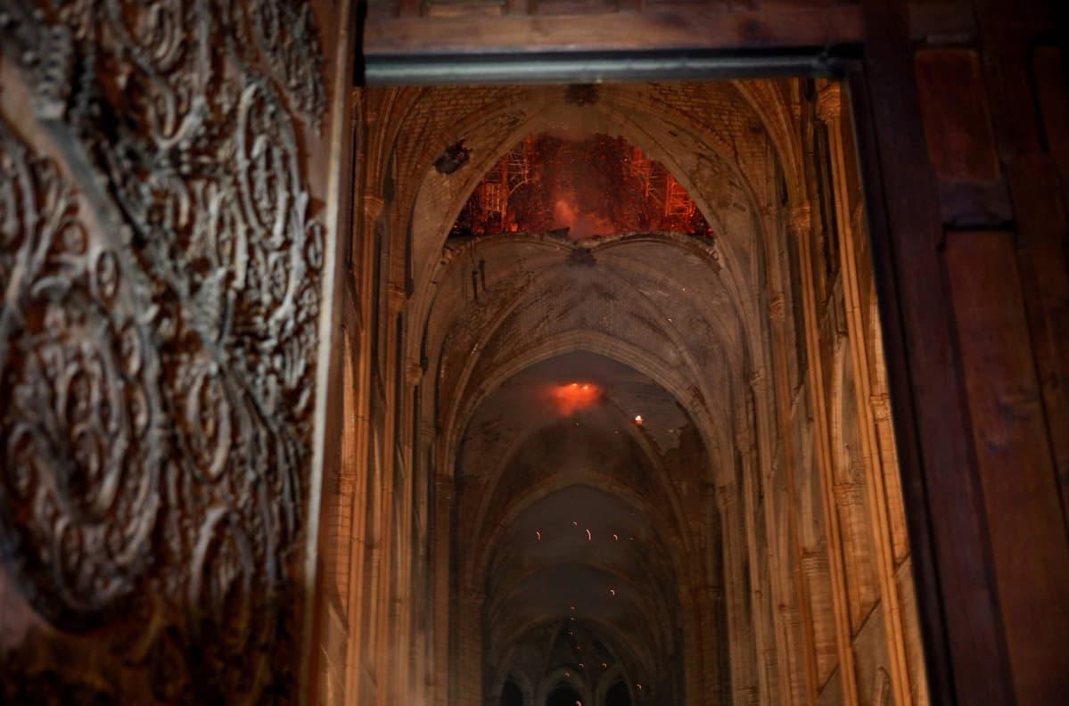 Notre Dame kuvattuna sisältä palon aikaan 15. huhtikuuta.
