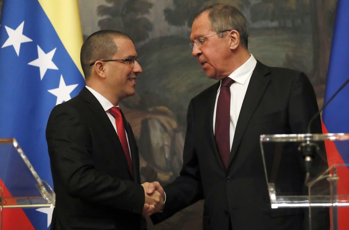 Venezuelan ulkoministeri Jorge Arreaza kättelee Venäjän ulkoministeriä Sergei Lavrovia.