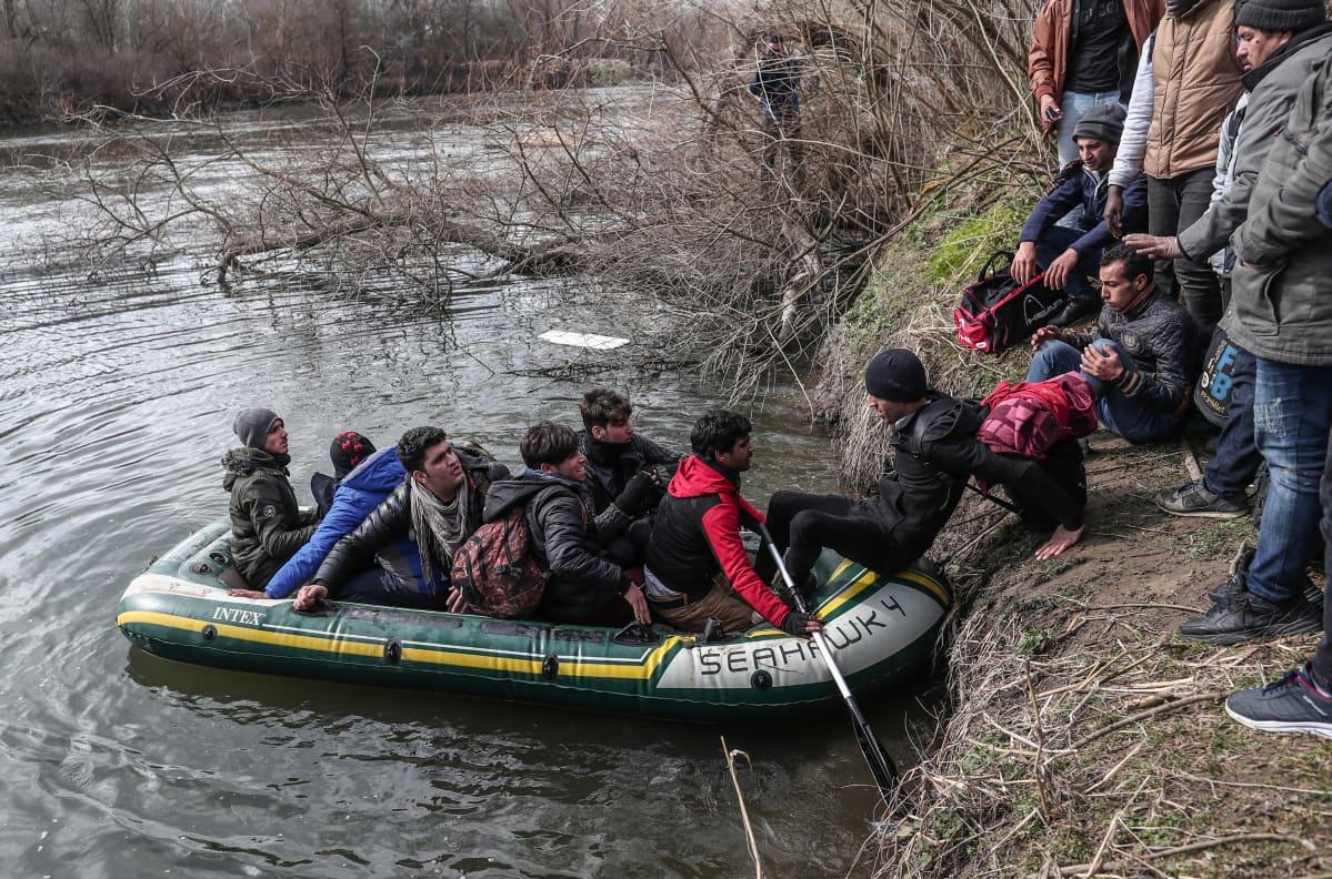 EU:hun pyrkiviä siirtolaisia ja pakolaisia nousemassa kumiveneen kyytiin Évros-joen rannalla Turkissa.