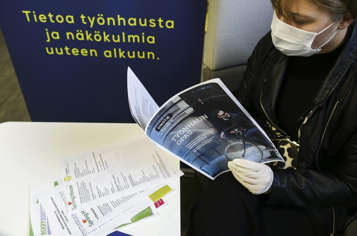Asiakas Helsingin Työllisyyden palvelutorilla Pasilan TE-toimistossa 28. heinäkuuta 2020.