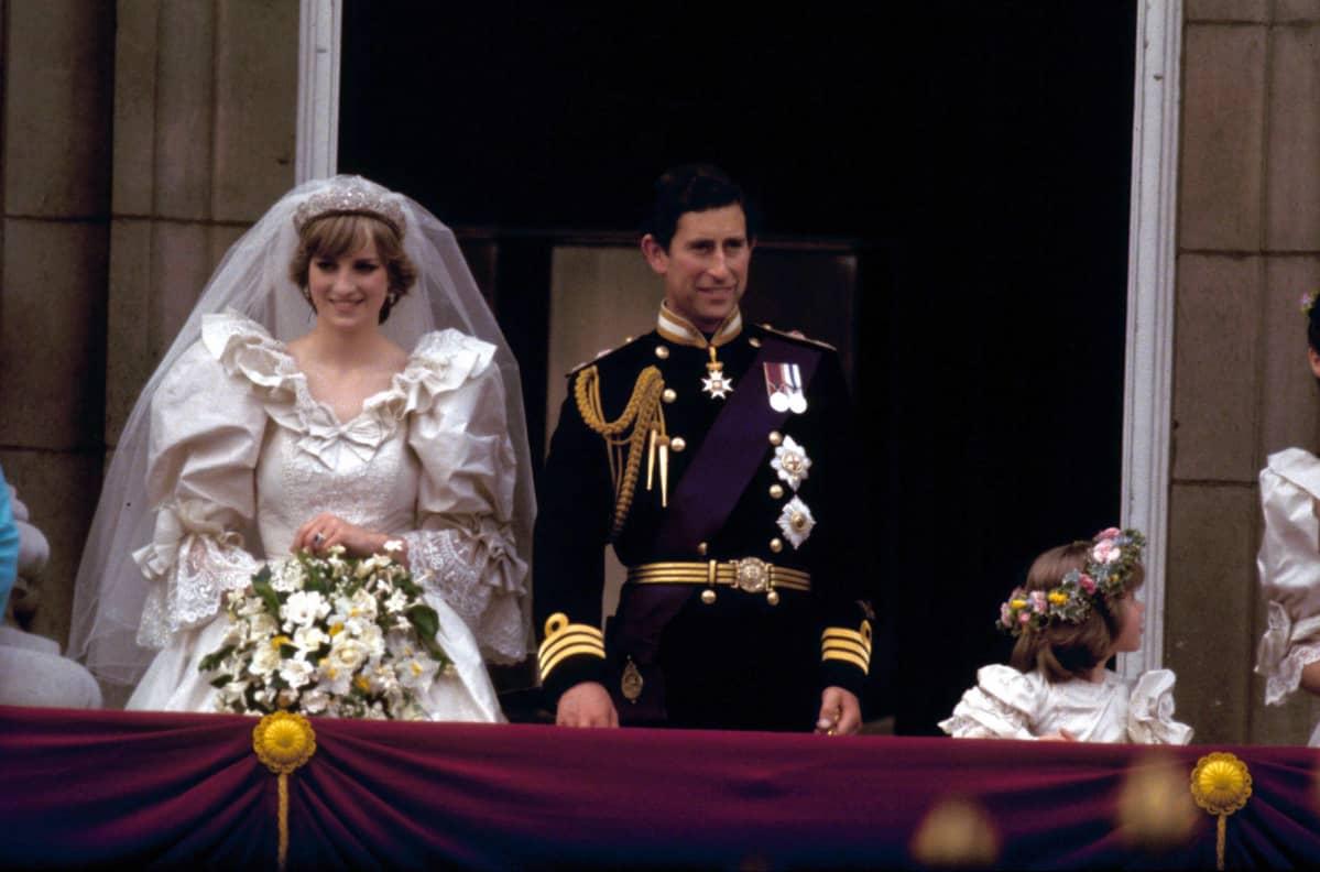 Hääpuvussa oleva Diana vierellään univormussa oleva Charles.