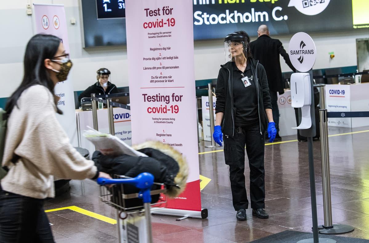 Asa Wernsten tyskentelee koronavirustestipaikalla Arlandan lentokentällä