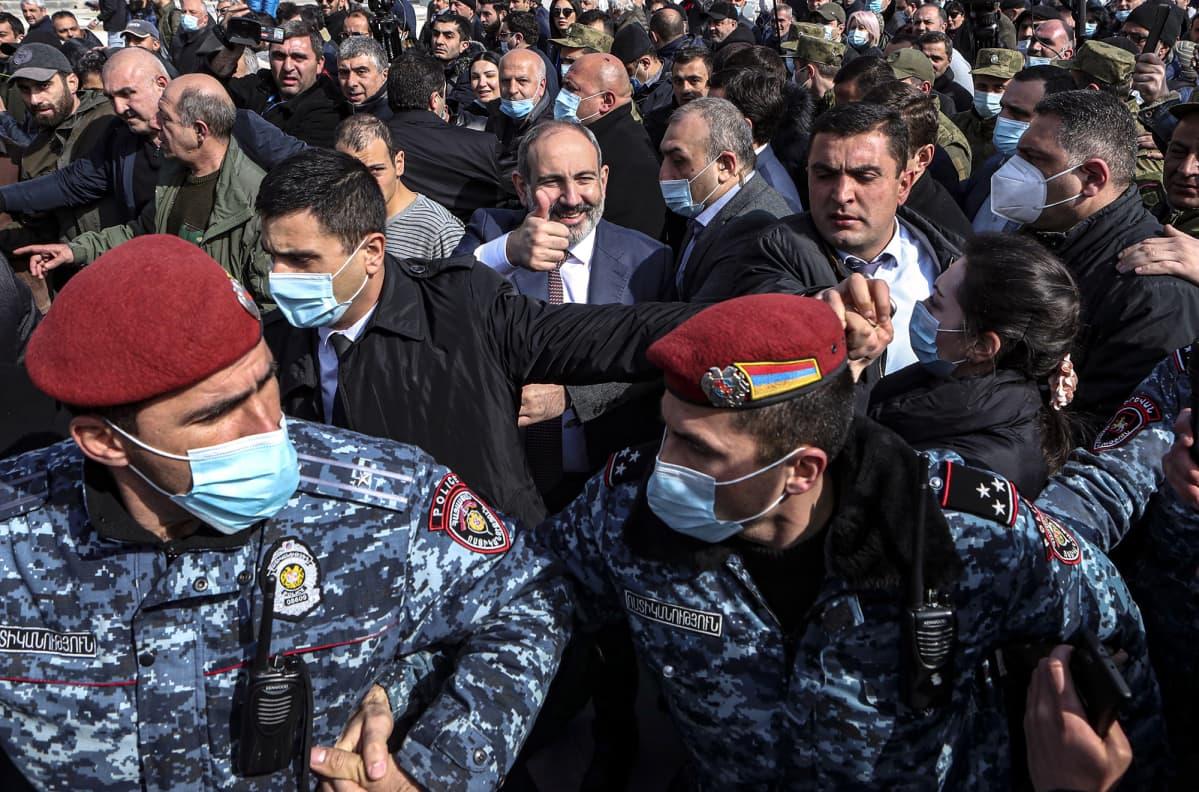 Armenian pääministeri Nikol Pashinyan kannattajia.