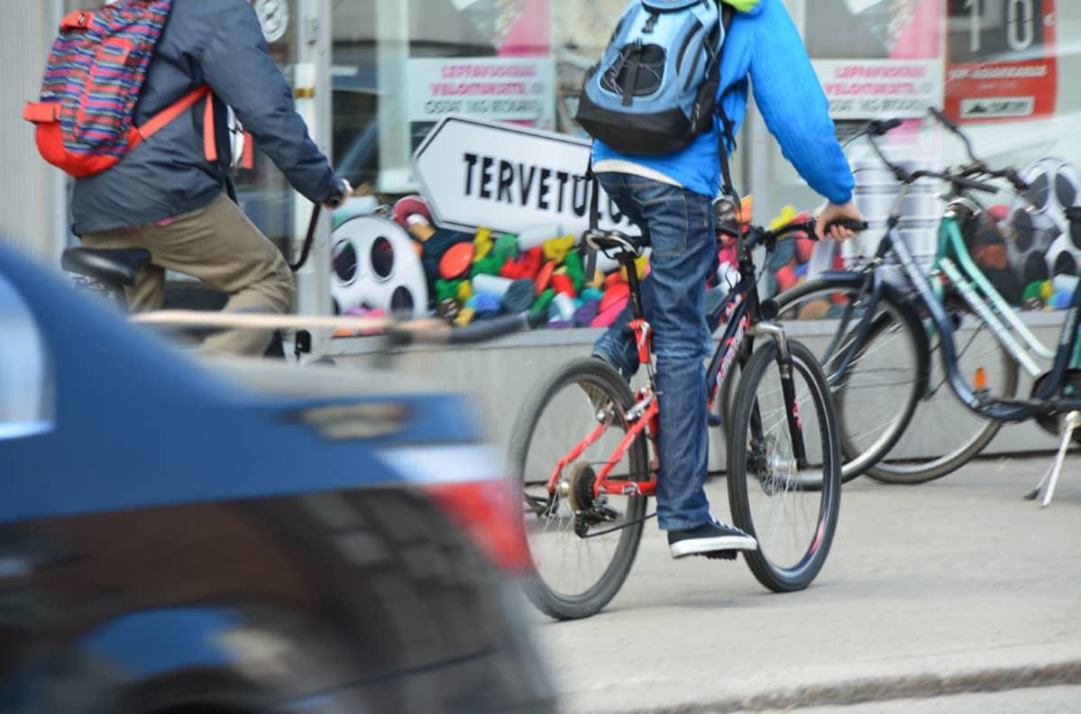 Kuvassa pyöräileviä nuoria.