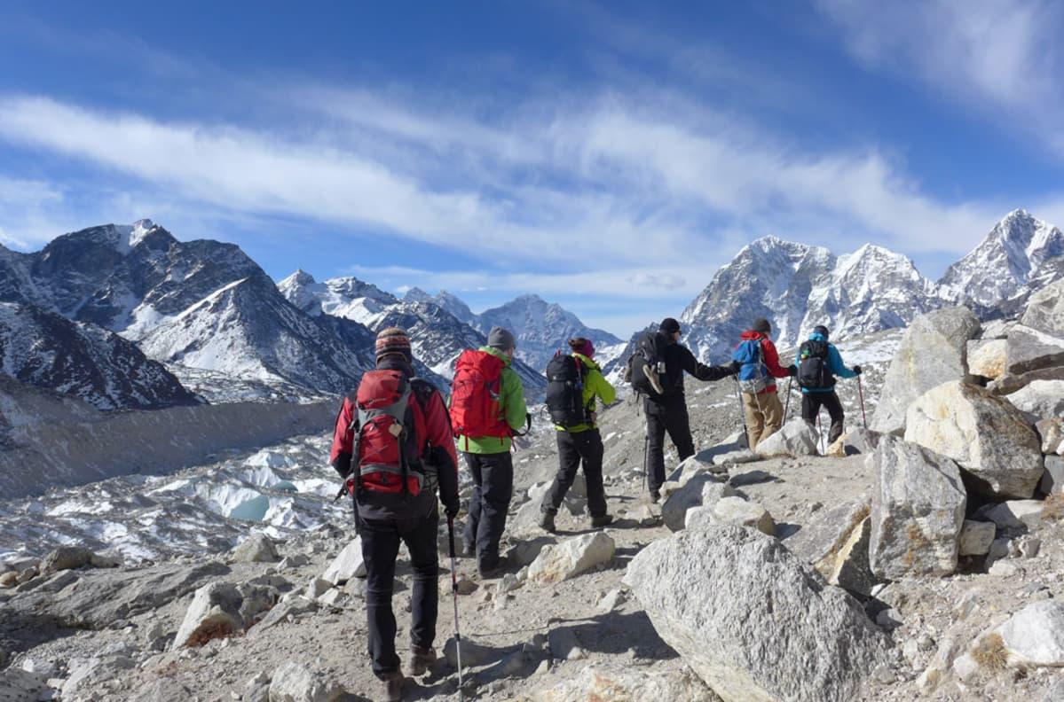 Retkikunta Nepalin matkalla.