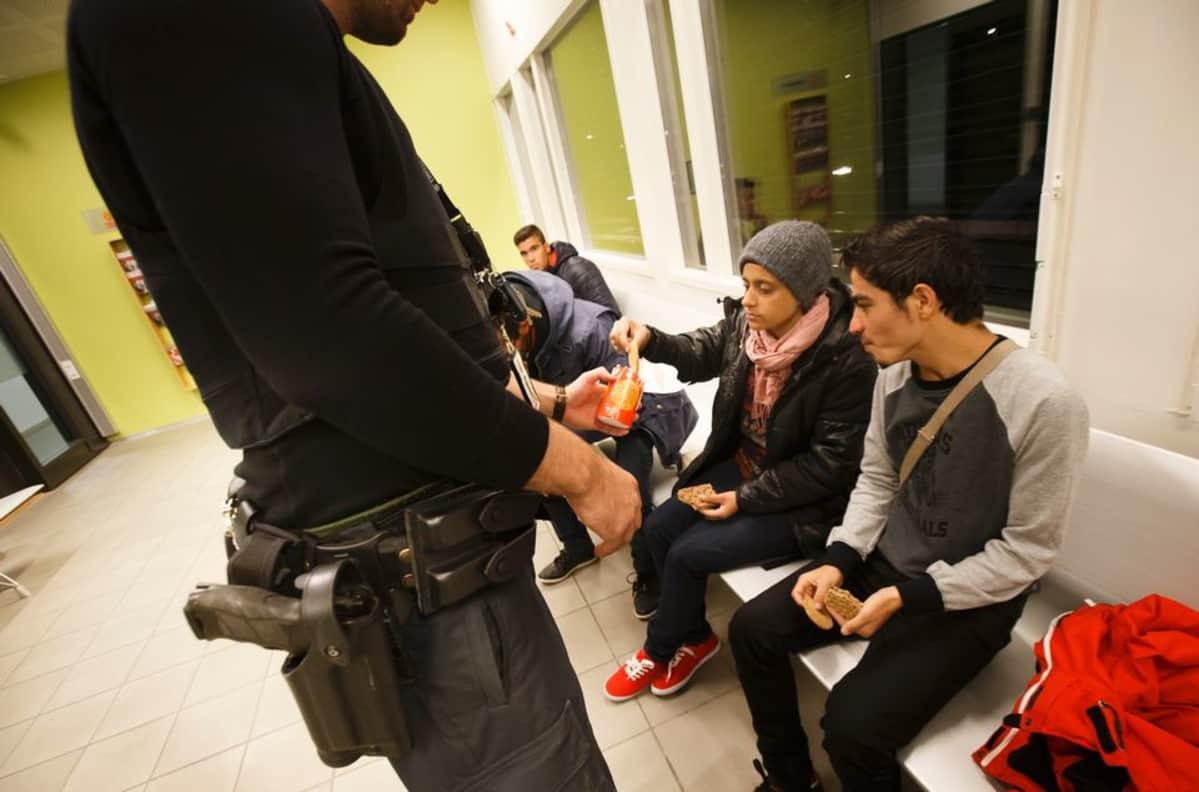 Poliisi tarjoaa keksiä turvapaikanhaijille