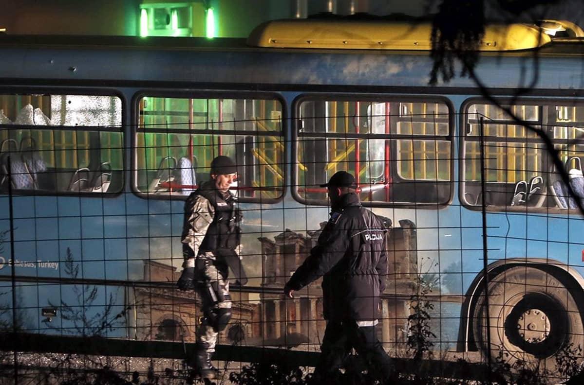 hyökkääjä ampui linja-autoa paetessaan paikalta.