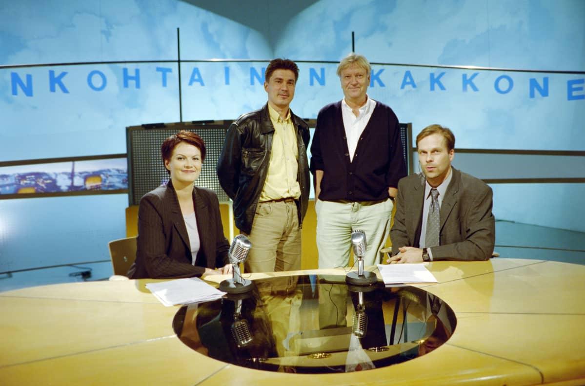Taas uusi versio lavasteesta ja grafiikasta. Syksyn 1999 moodissa (vasemmalta) toimittaja Salla Paajanen, lavastussuunnittelija Tapio Keskitalo, graafikko Risto Nurisalo ja toimitussihteeri Pasi Toivonen.