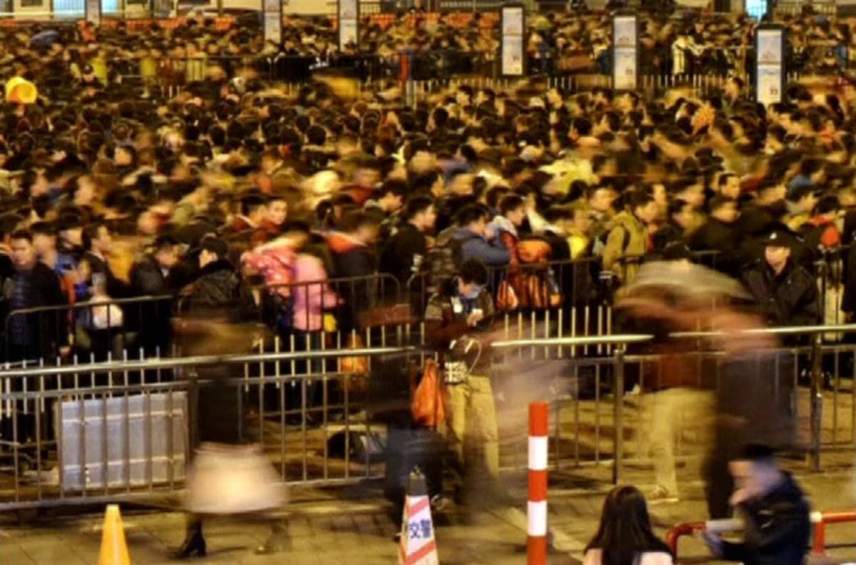 Tuhannet ihmiset jonottavat Kantonin rautatieasemalla.