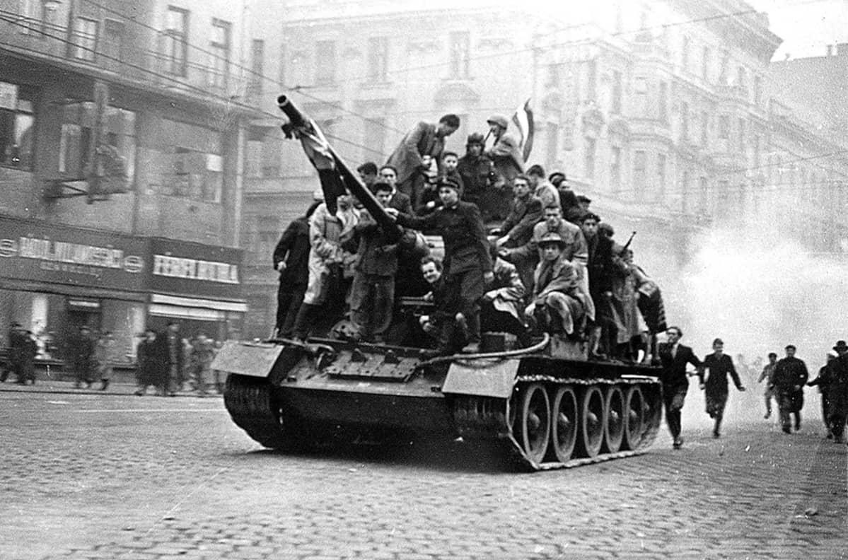 Unkarilaisia vapaustaistelijoita kaapatun panssarivaunun päällä Budapestissä lokakuun lopulla 1956.