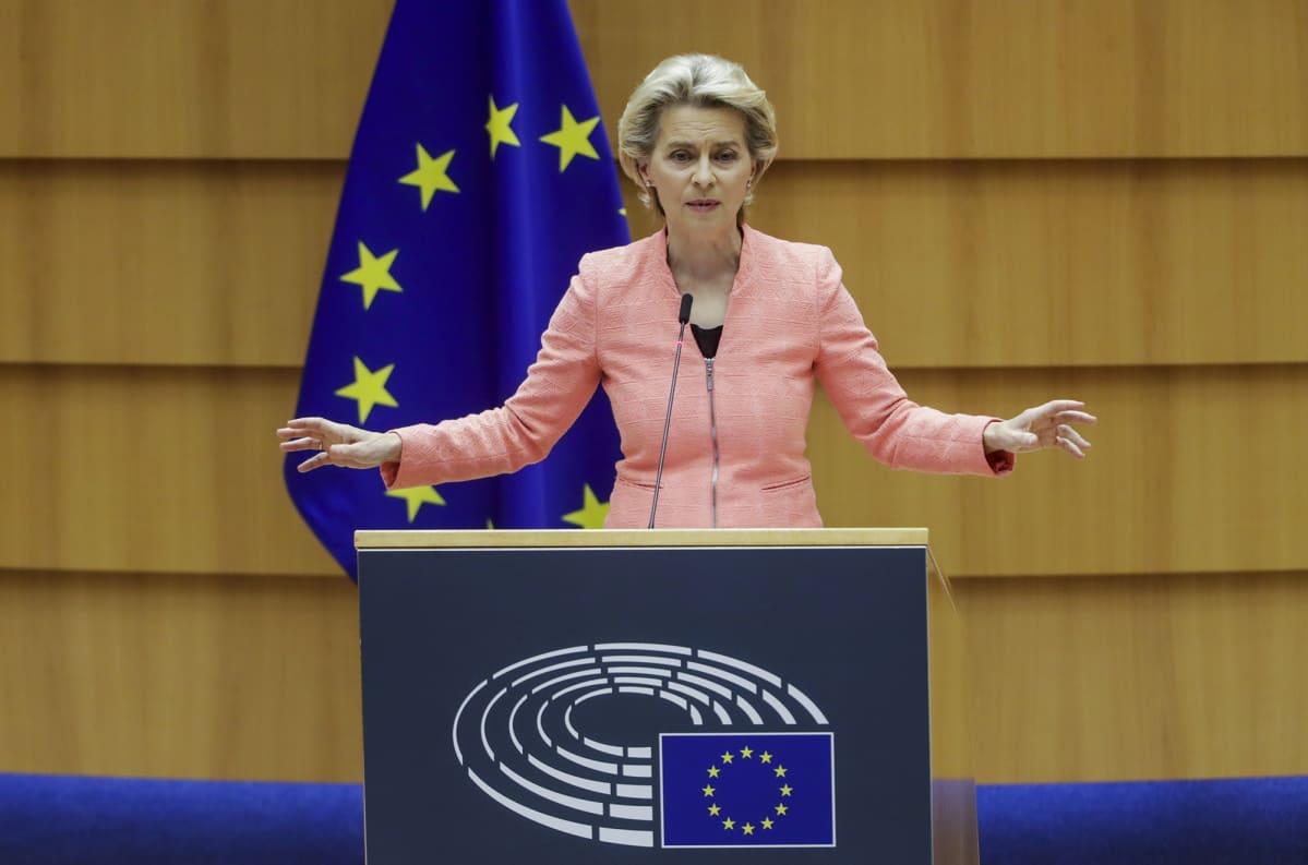 Kuvassa on Ursula von der Leyen.