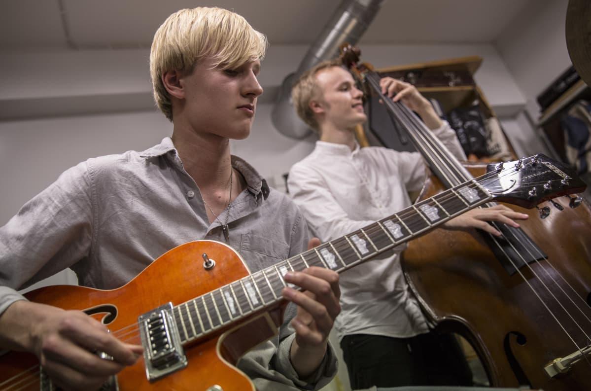 Milo Mäkelä haluaisi soittaa aikanaan kitaraa ammatikseen.