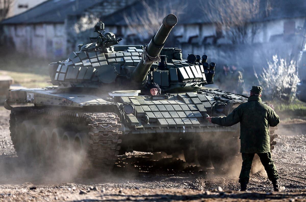 Uudistettu T-72 tankki tuodaan Venäjältä Krimille maaliskuussa 2014. Venäjän armeija sijoitti sen Ukrainan armeijan entiseen tukikohtaan.