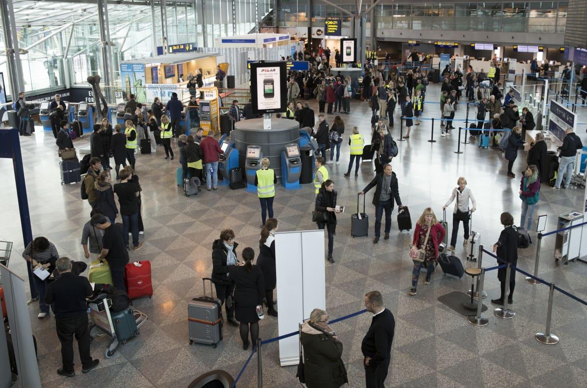 Ihmisiä lentokentän terminaalissa.