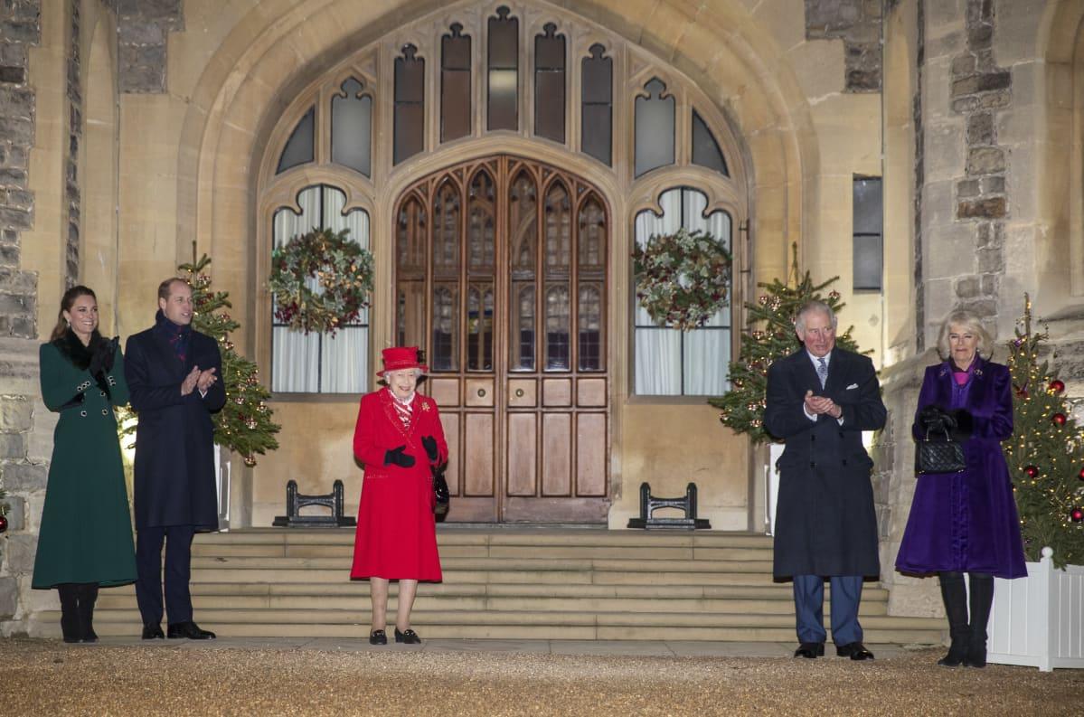 Prinssi William, herttuatar Catherine, kuningatar Elisabet, prinssi Charles ja herttuatar Camilla seisovat turvavälein.