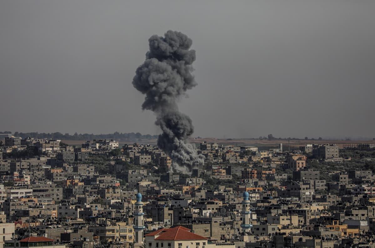 Gazassa savusi tiistaina 11.5. Israelin tekemän ilmaiskun jäljiltä.