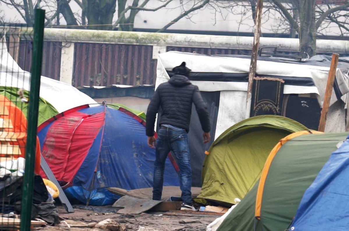 Pariisin pohjoispuolella sijaitsevasta Porte d'Aubervilliersin telttakylästä, jonka poliisi sittemmin purki.