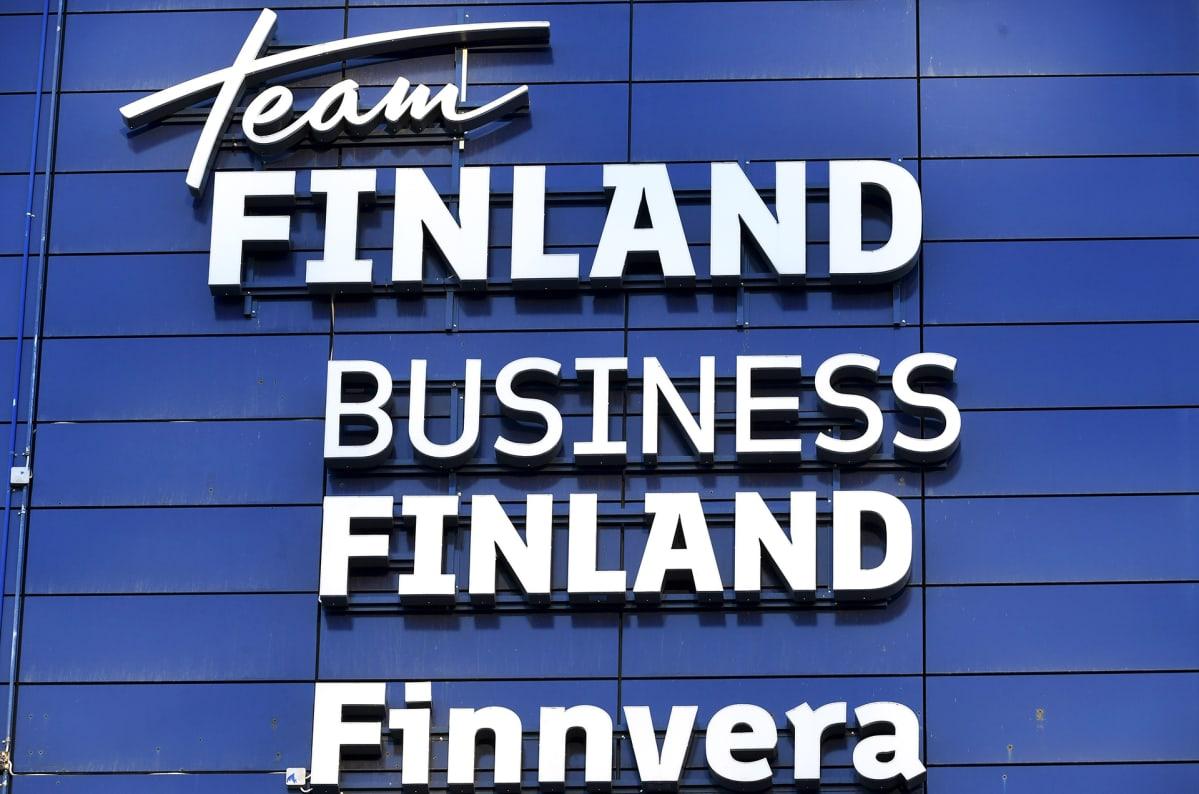 Team Finland, Business Finland ja Finnvera logot toimistotalon seinässä Ruoholahdessa Helsingissä.