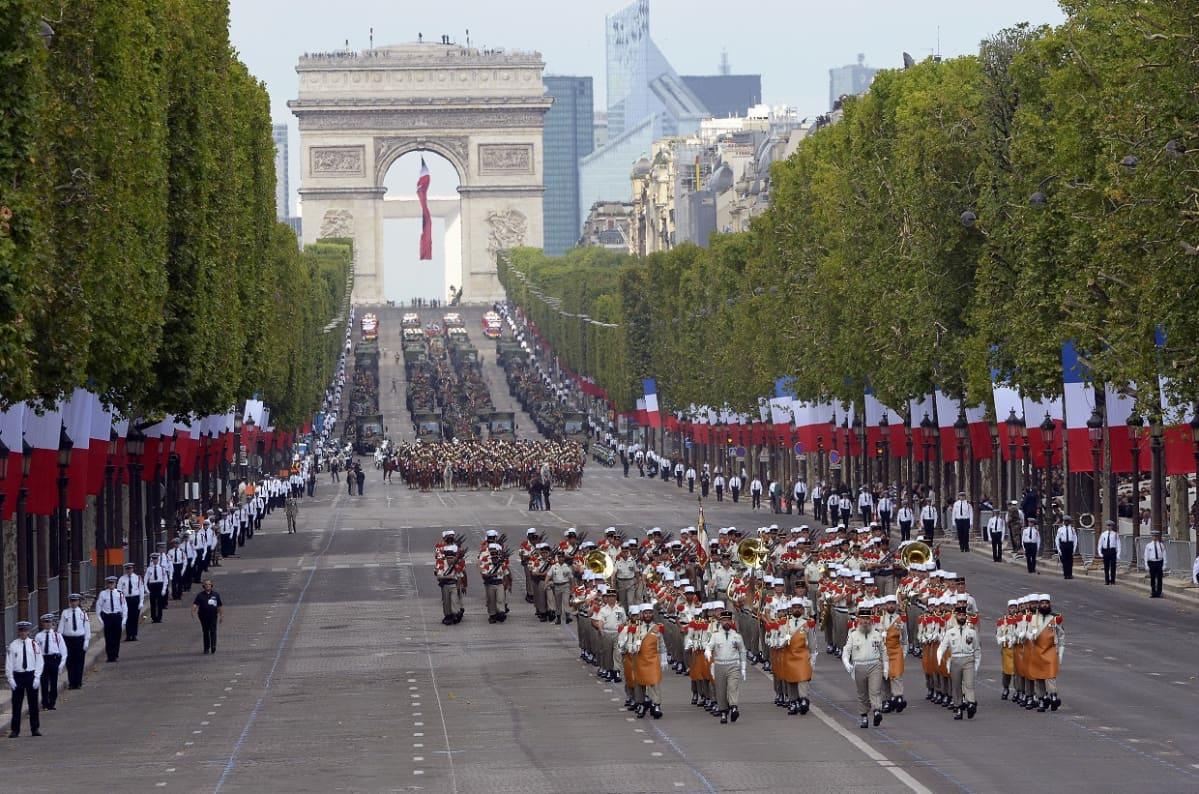 Paraatimarssia Champs-Élysées -kadulla.