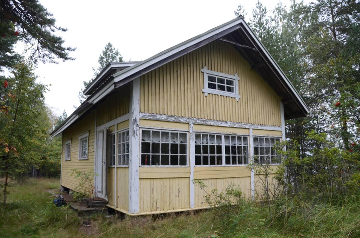 Kalliosaaren päärakennus.