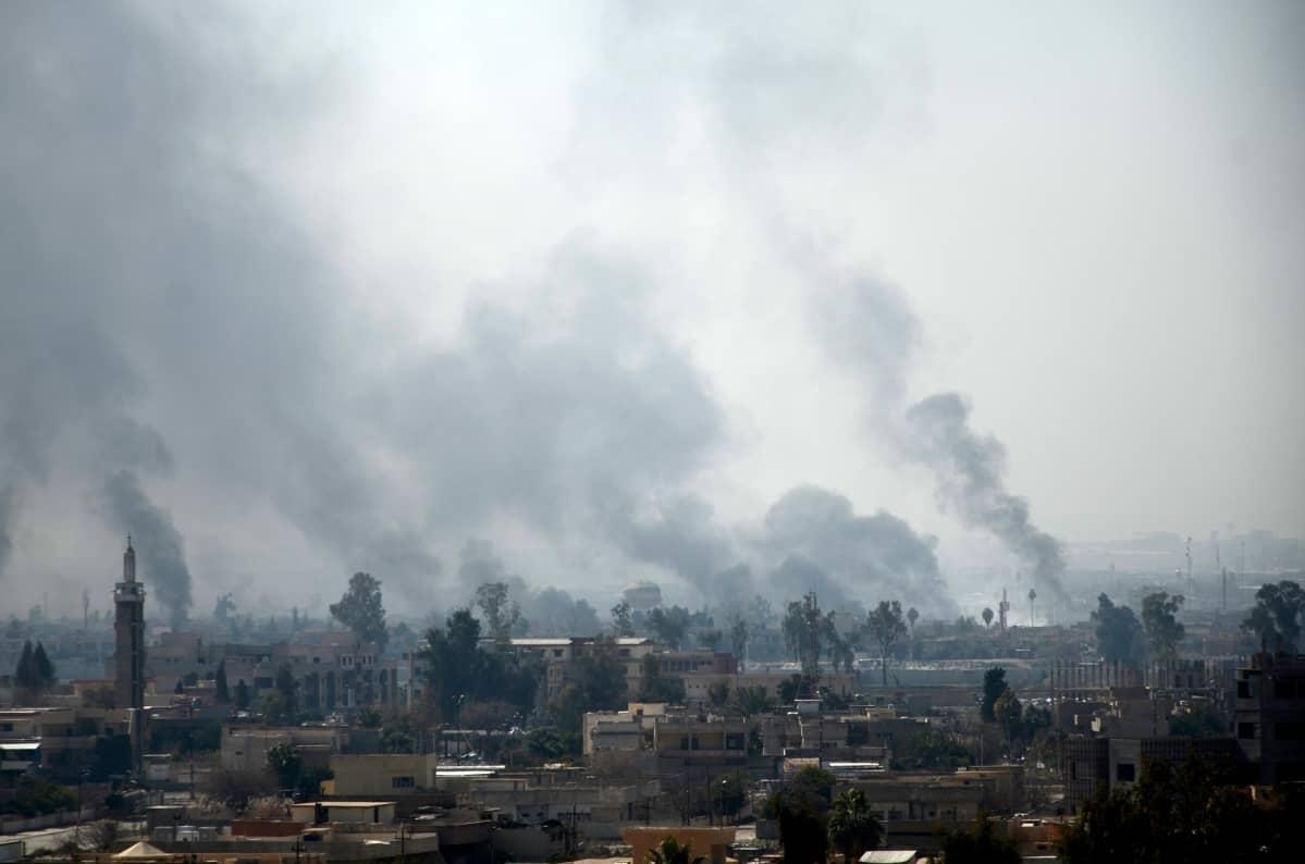 Savu nousee Mosulin länsiosien rakennuksista.