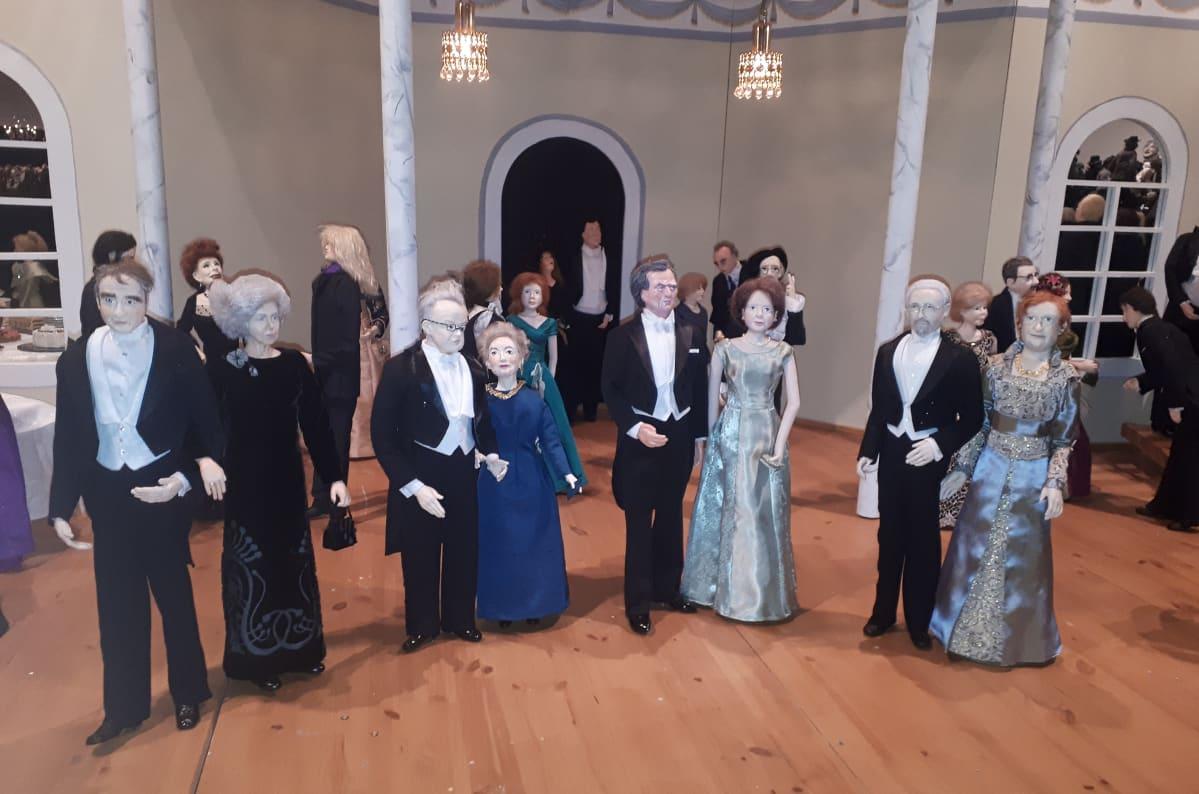 Entisiä presidenttejä Linnan juhissa nukkenäyttelyssä.
