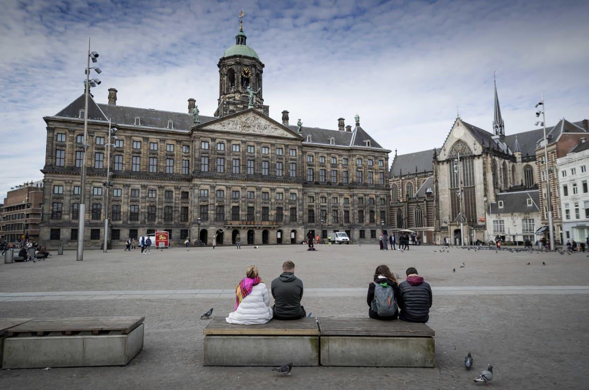 Lähes autio Amsterdamin kuninkaallisen palatsin edusta.