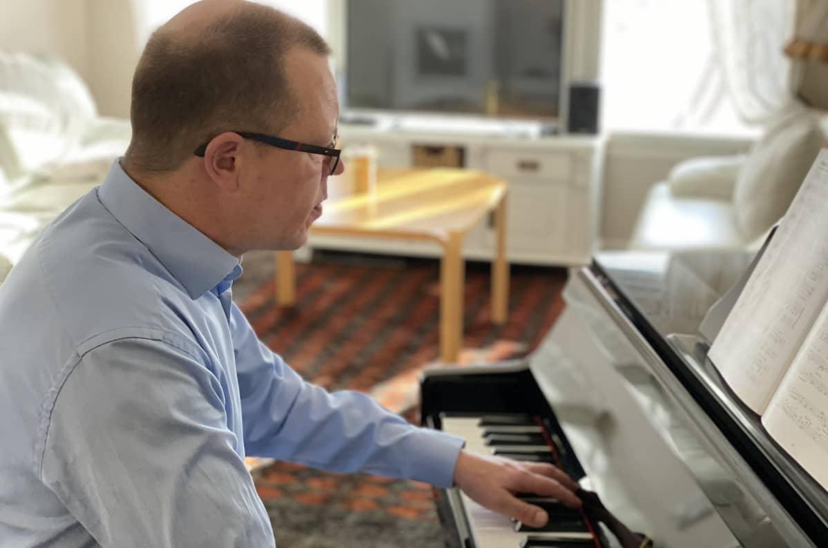 Lahden kaupungin opetus- ja kasvatusjohtaja Lassi Kilponen soittaa pianoa.