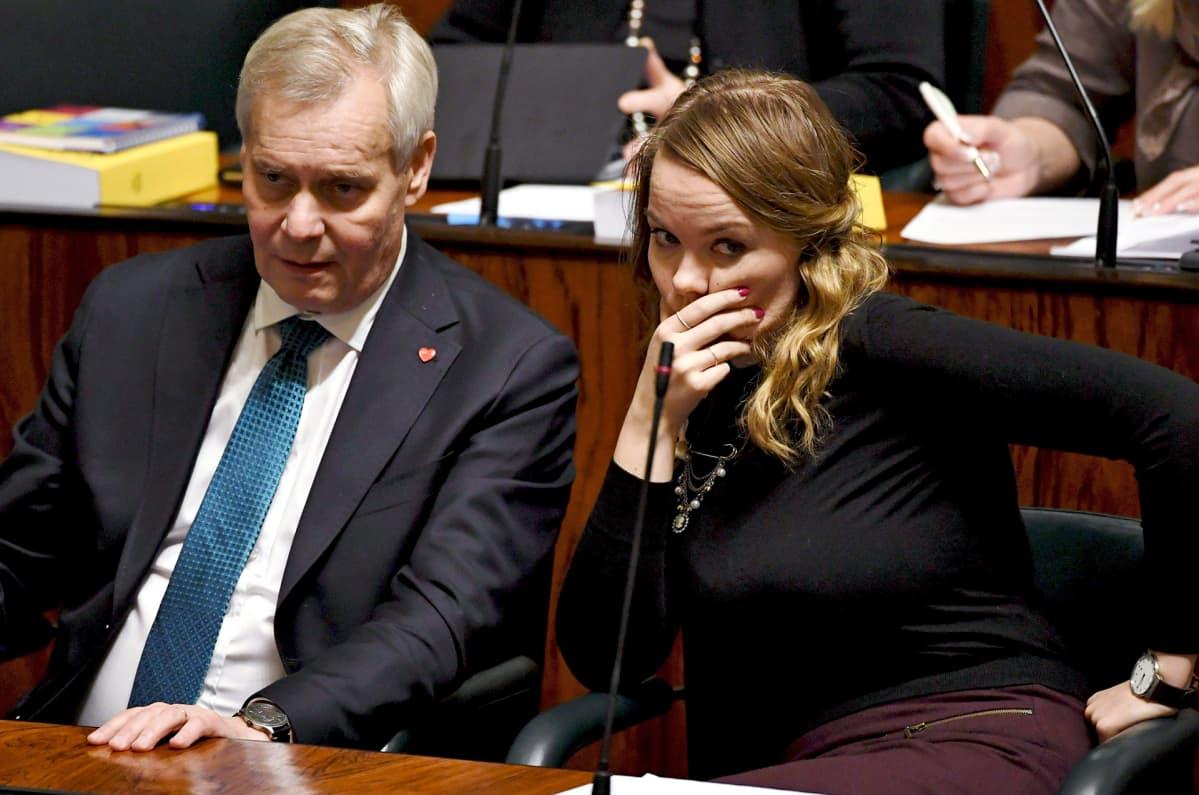 SDP:n puheenjohtaja, pääministeri Antti Rinne ja Keskustan puheenjohtaja, elinkeinoministeri Katri Kulmuni eduskunnan täysistunnossa Helsingissä 19. marraskuuta 2019.