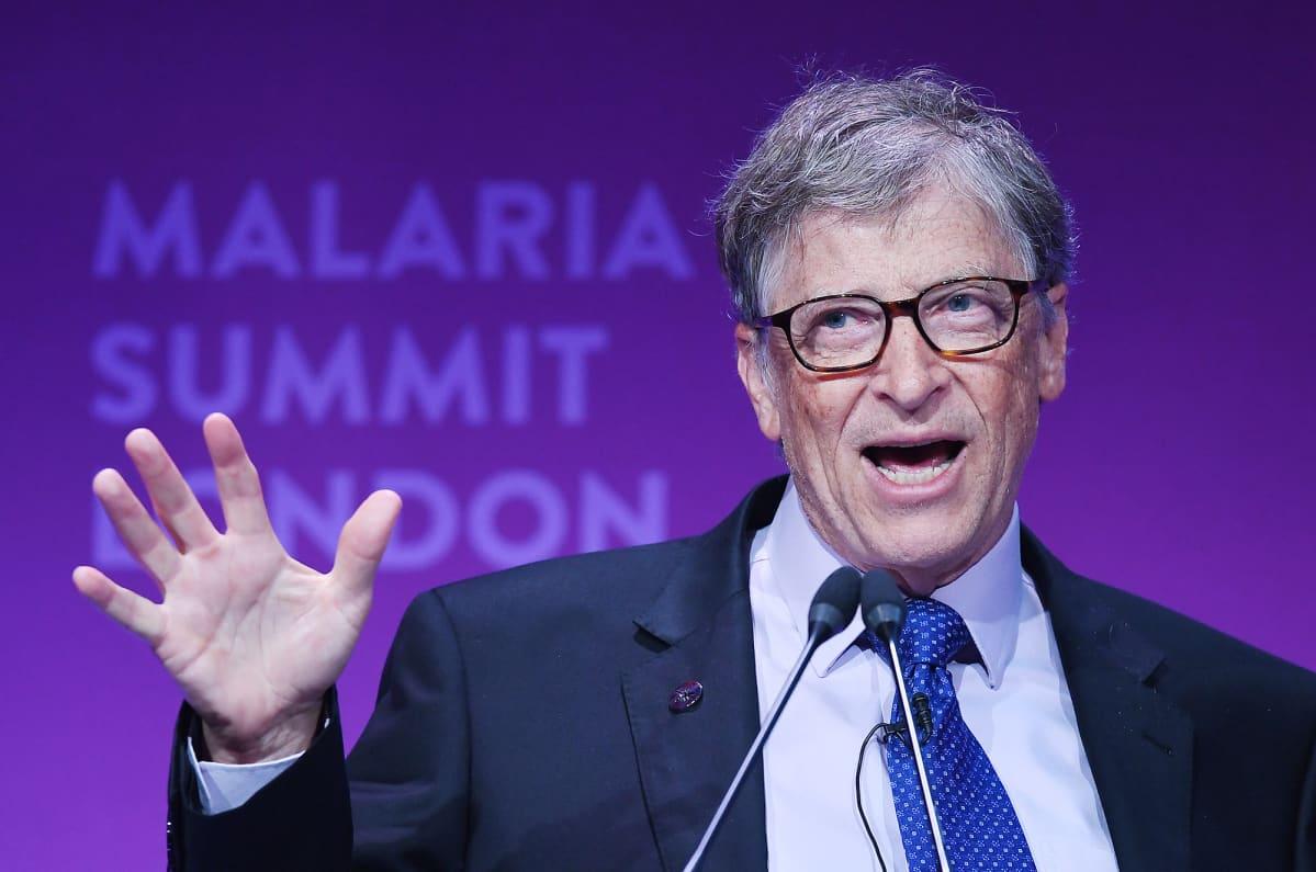 Bill Gates pitää puhetta Lontoossa.