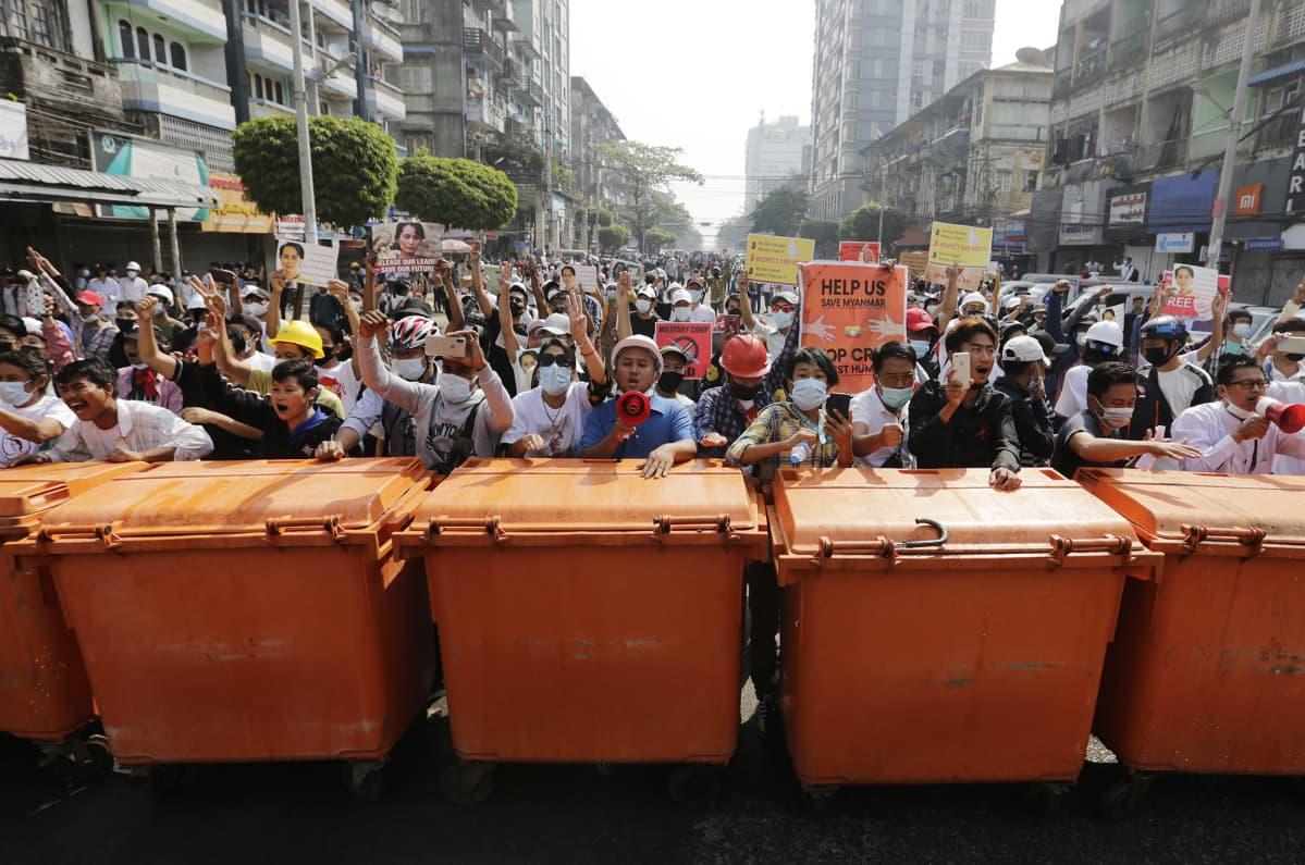 Mielenosoitus Yangonissa.
