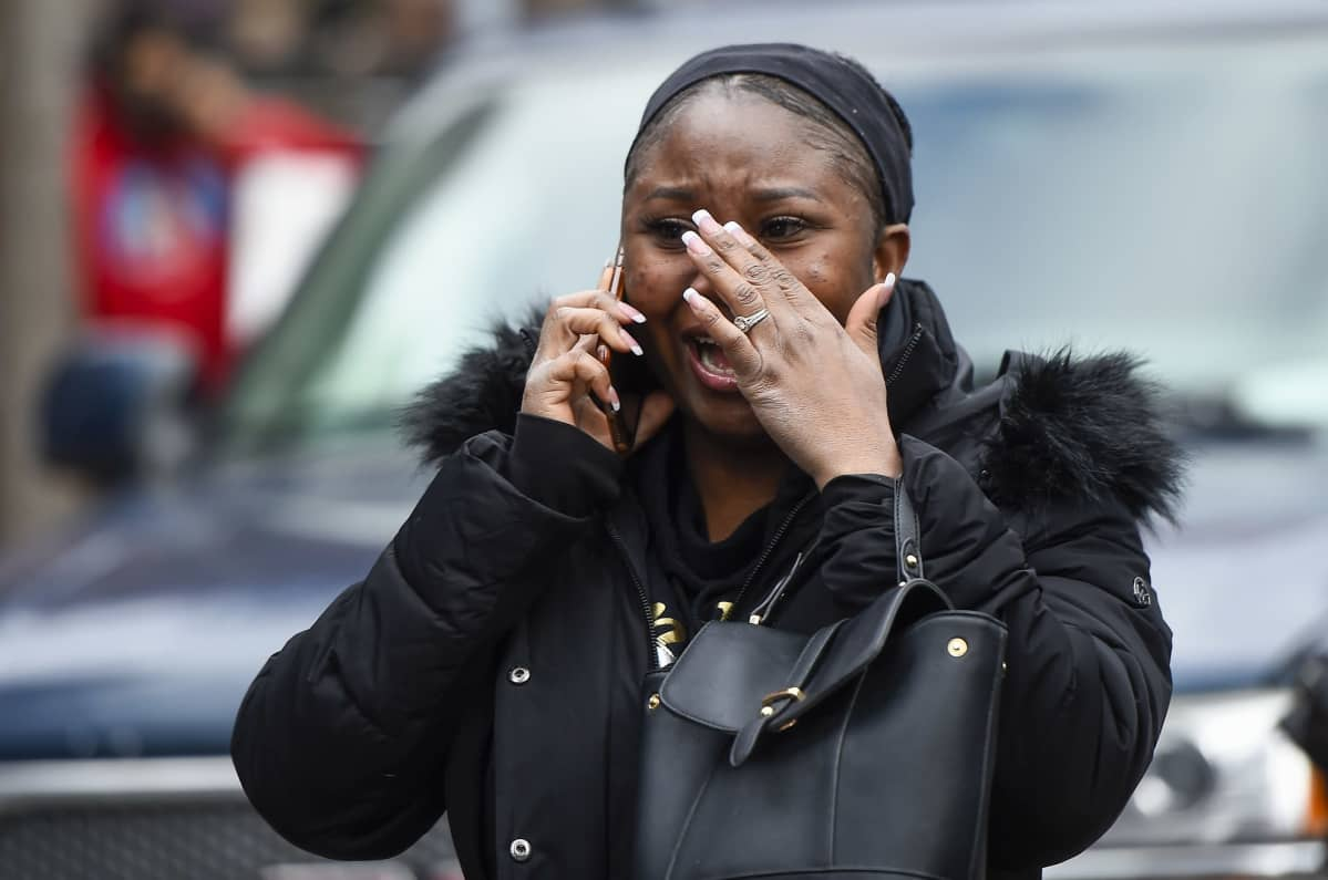 Nainen liikuttui kyyneliin kuultuaan, että ex-poliisi Derek Chauvin todettiin syylliseksi George Floydin kuolemaan.