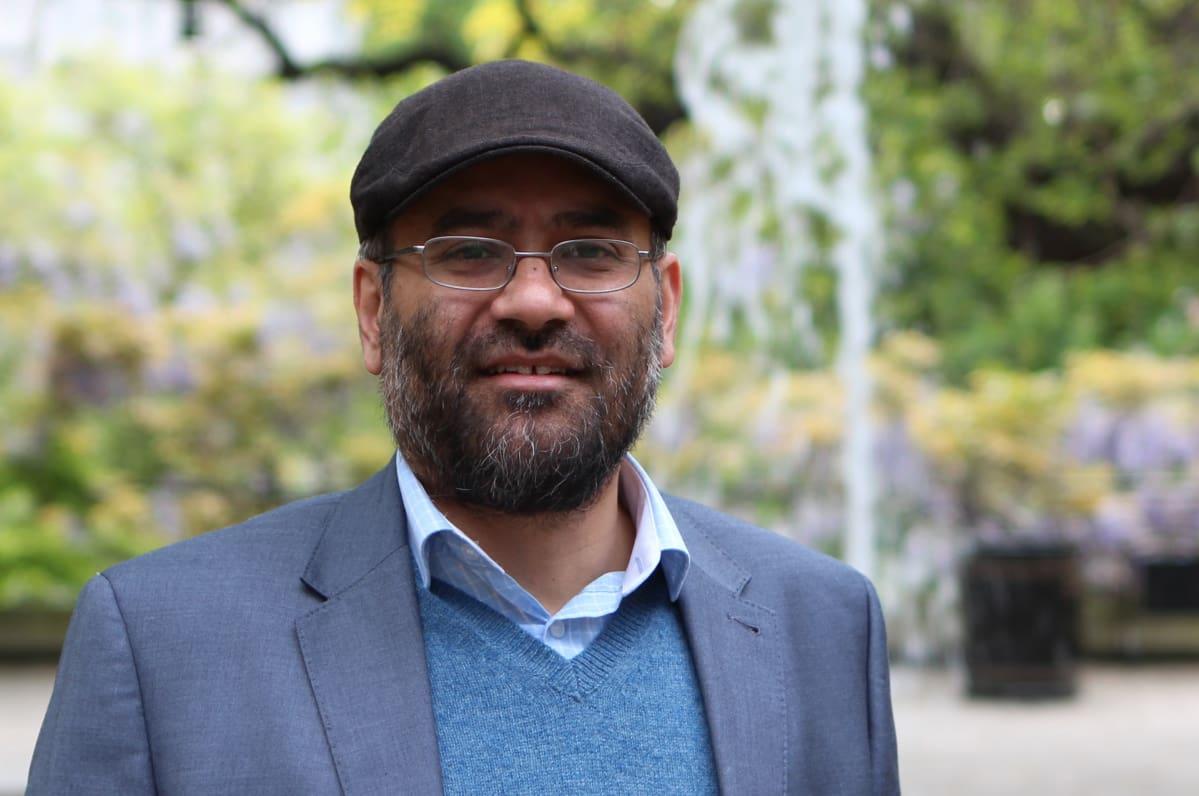 Lakkipäinen Usama Hasan puistossa.