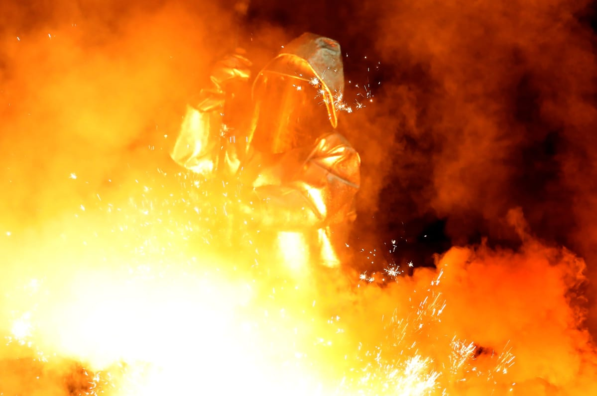 Työntekijä ottaa näytettä ThyssenKruppin terästehtaalla Saksassa.