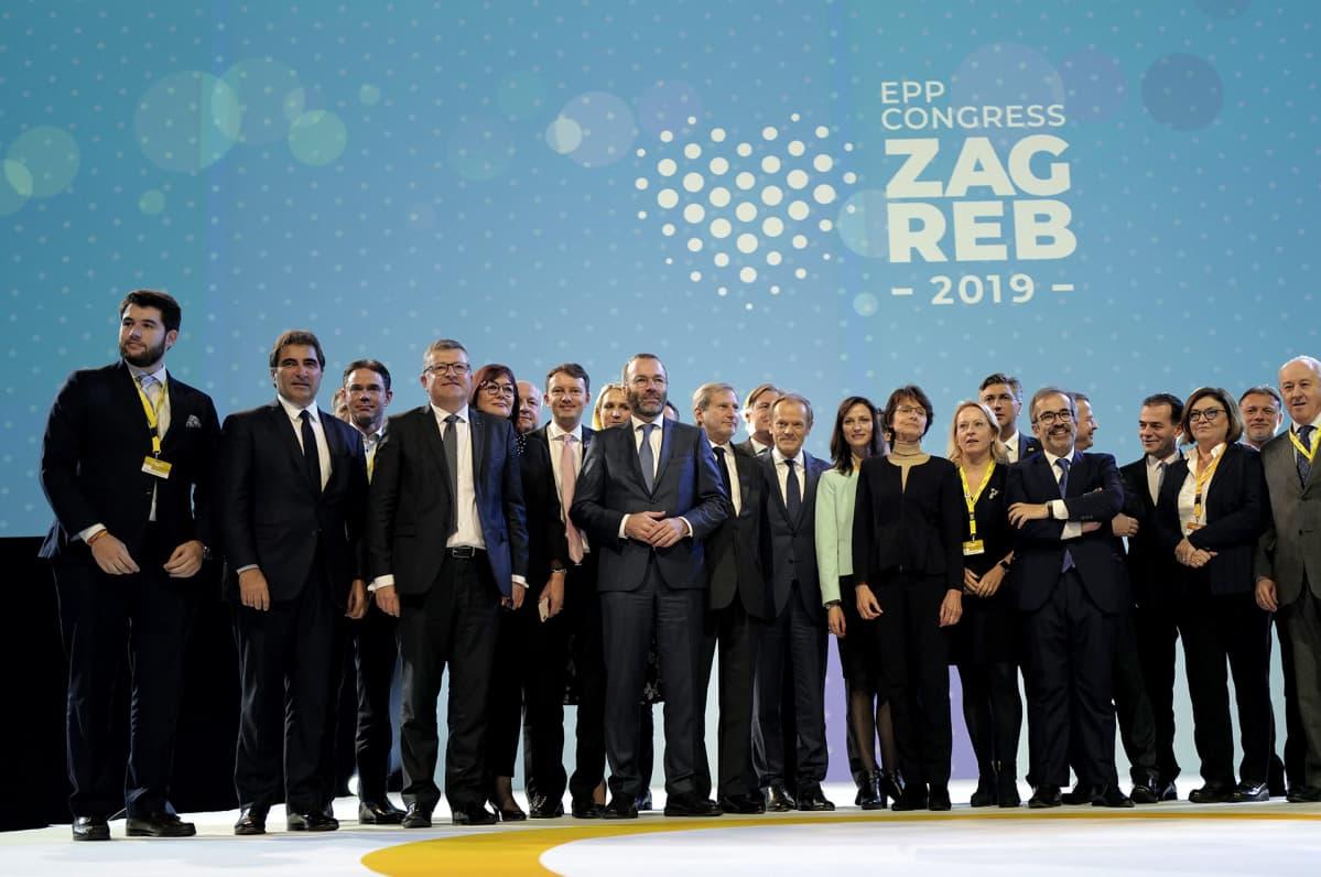 EPP:n edustajia perhekuvassa.