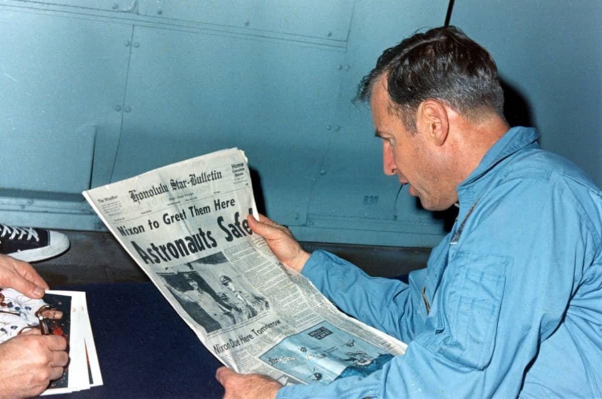Lovell lukee Honolulu Satr-Bulletin-lehteä.