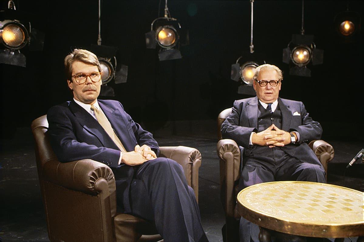 Björn ja Bror Wahlroos  istuvat nojatuoleissa tv-studiossa 1987