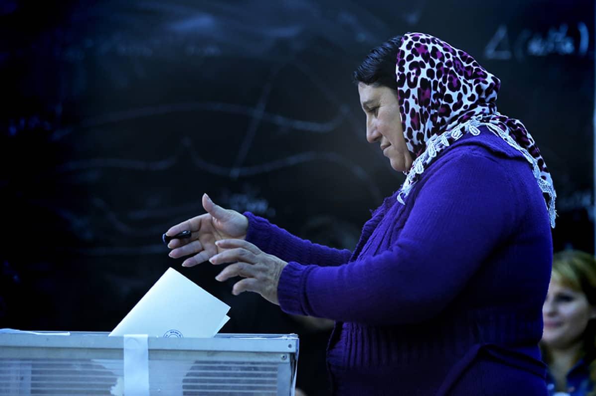 Romanialainen nainen äänesti Bukarestissa 16. marraskuuta.