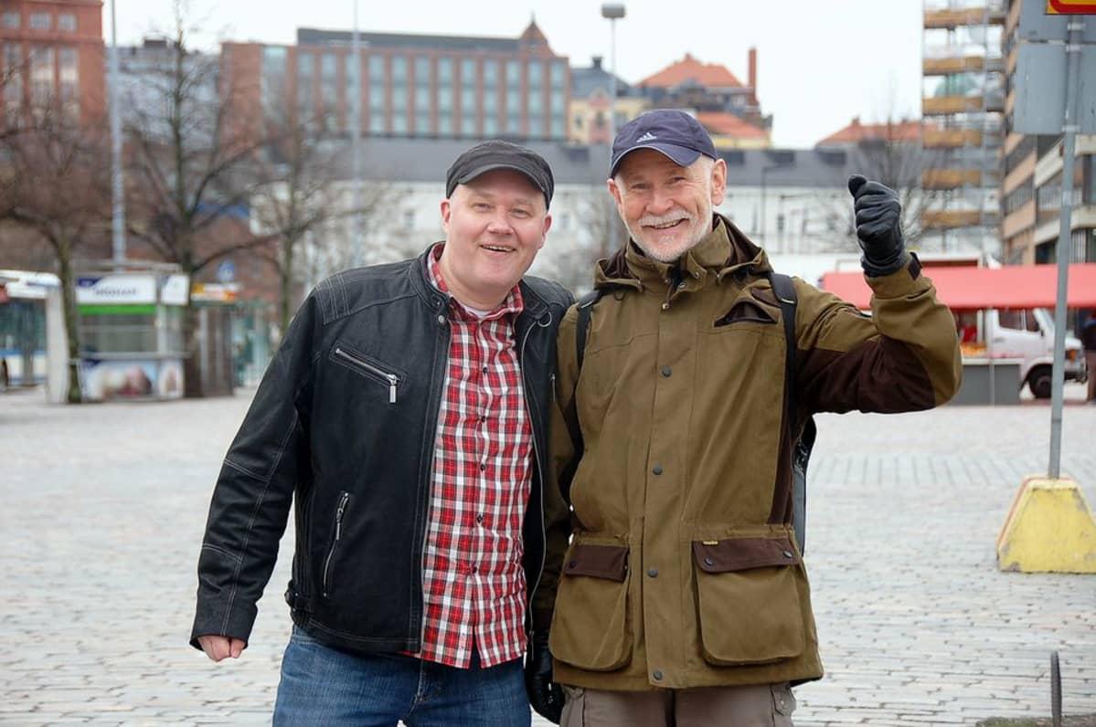 Helsingin gaykuoro Out 'n loud juhlii kymmenvuotista olemassaoloaan lauantaina 2. toukokuuta. Antti Hakkarainen ja Raimo Niukkanen ovat kuoroa pyörittävän yhdistyksen puheenjohtajistossa.