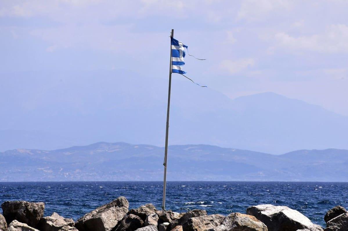 Riekaleinen Kreikan lippu Antirion rannalla 9. elokuuta.