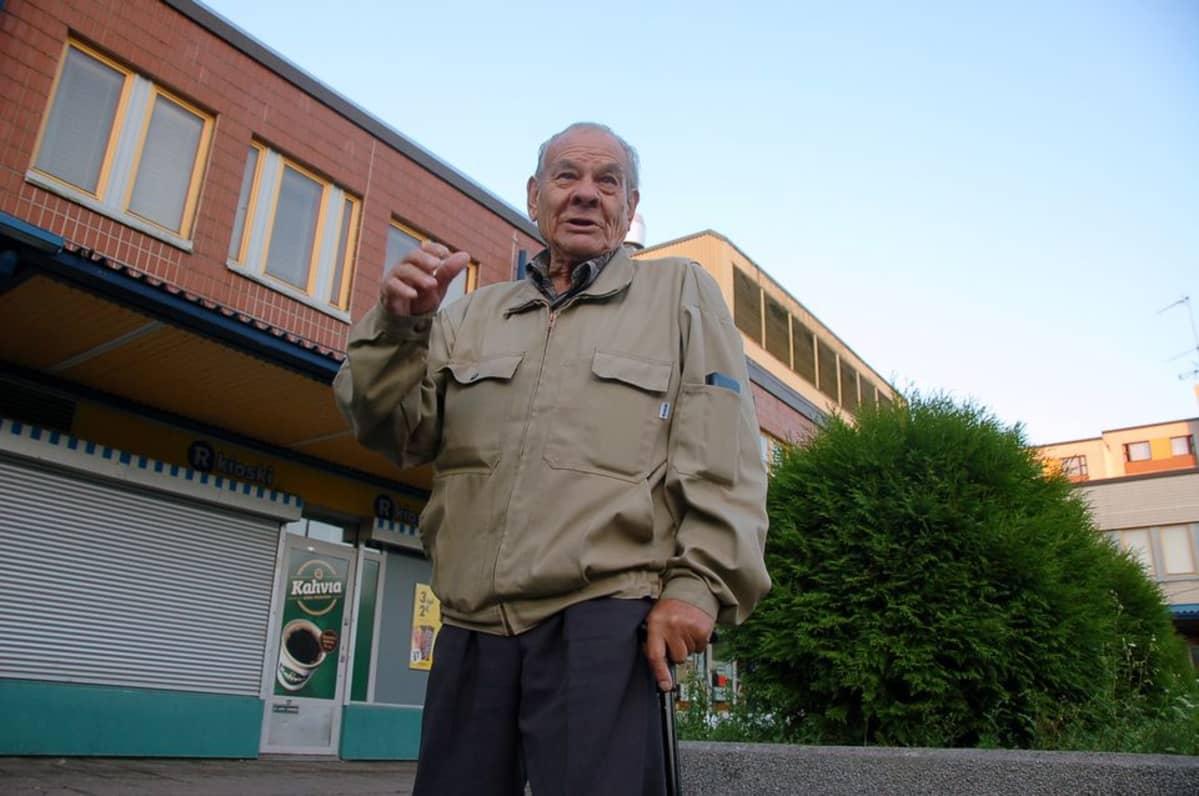 Erkki Virta käy joka aamu juomassa kahvit Hakunilan ostoskeskuksella. Hän on asunut Hakunilassa vuodesta 1984.