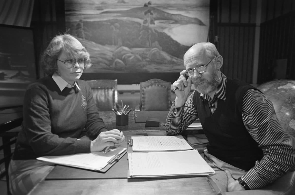 """""""Kakkosen Suslov"""" Eero Silvasti ja yksi ensimmäisistä naisjuontajista Marja Parikka lavastustaiteilija Ensio Suomisen luomassa lavasteessa 1982. Tuolloin makasiinitaidetta alettiin kehittää kohti huippuaan."""