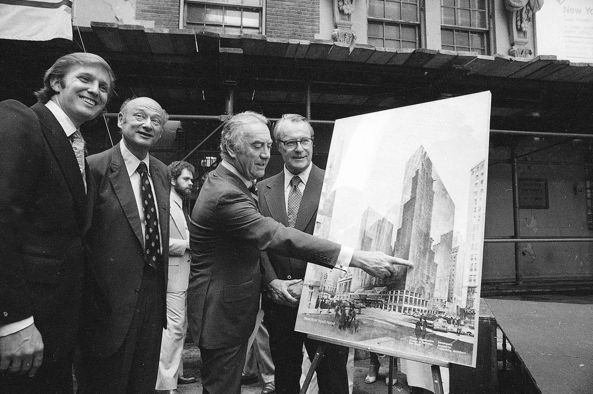 Kuvernoori Hygh Grant esittelee Hyatt-hotellin suunnitelmaa kesäkuussa 1978. Kuvan vasemmassa reunassa seisoo nuori Trump.