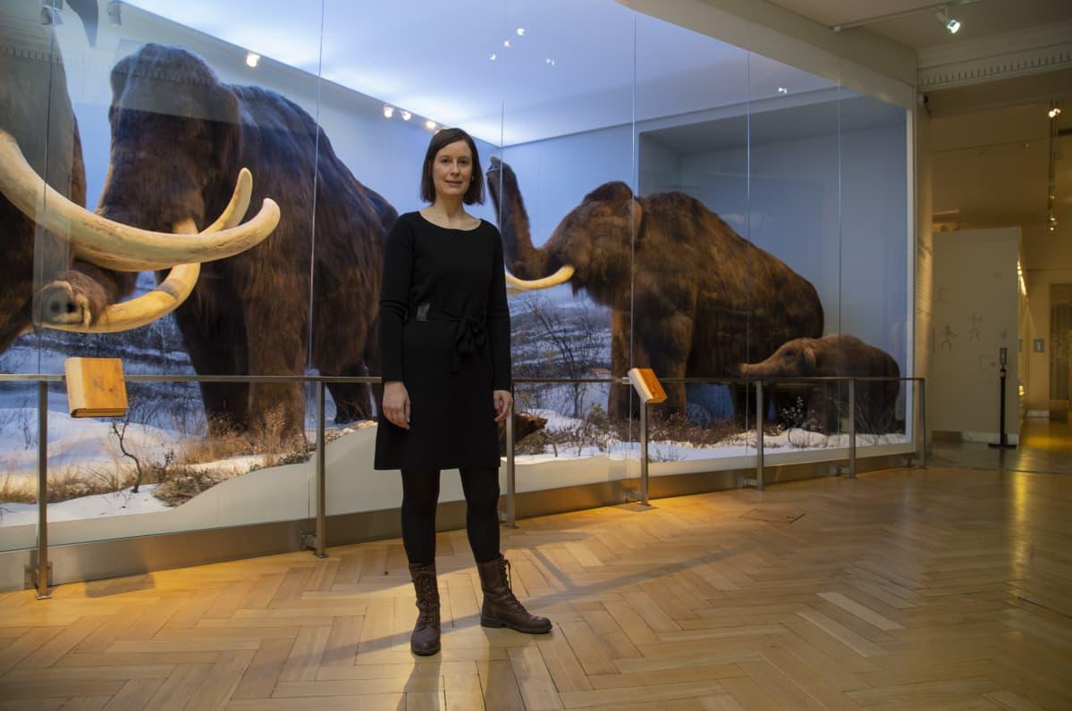 Laura Arppe Helsingin luonnontieteellisen museon mammuttinäyttelyn edessä.