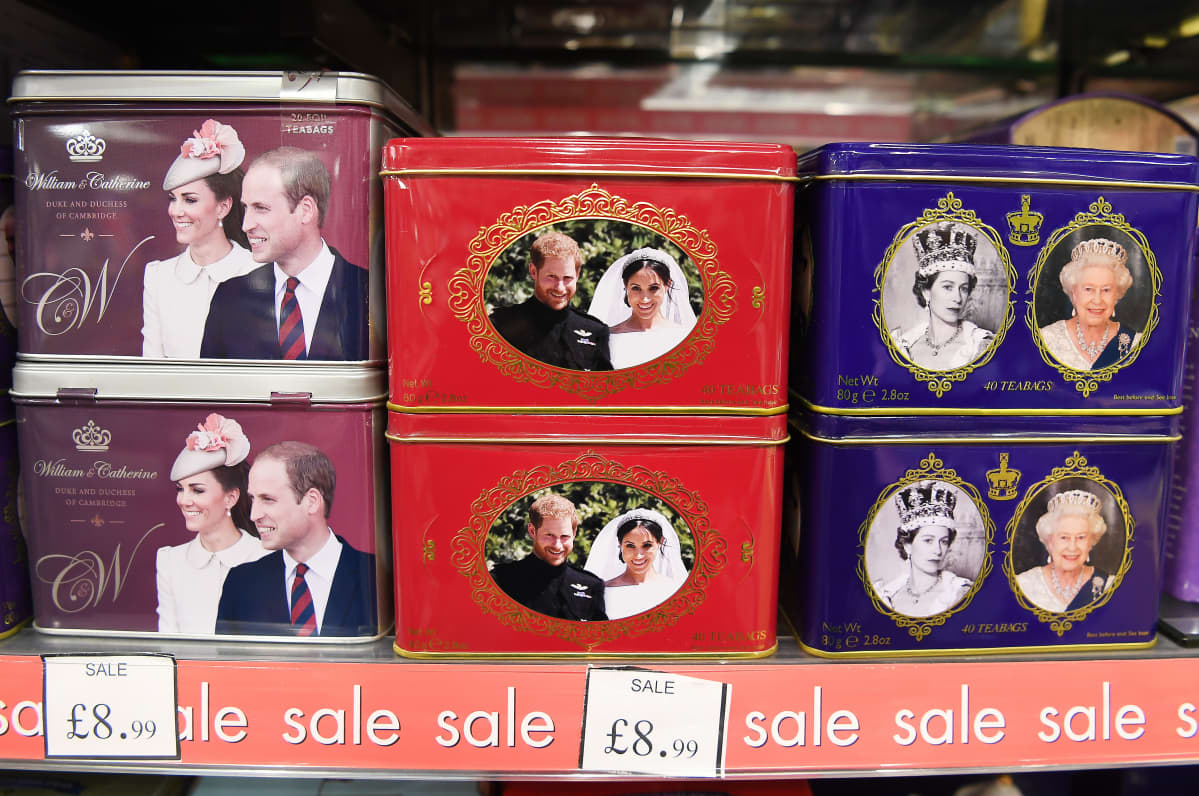 Rasioita, joissa on Harry ja Meghanin sekä muiden kuninkaallisten kuvia.