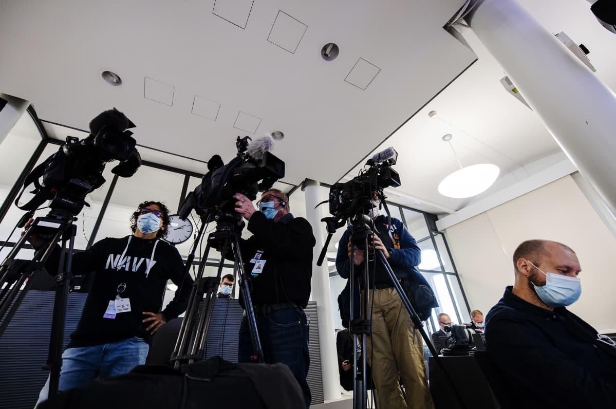 Kuvassa on suu-nenäsuojainta käyttäviä kuvaajia sote-uudistuksen tiedotustilaisuudessa lokakuussa 2020.