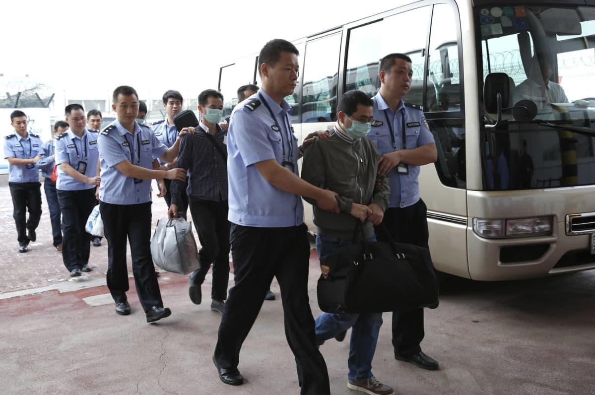 Arkistokuva Pekingin lentoasemalta vuodelta 2015. Tuolloin kuusi talousrikoksista epäiltyä palautettiin Indonesiasta Kiinaan. Kiinalaisviranomaisten mukaan operaation myötä Kiinaan on palautettu satoja korruptiorikoksista epäiltyjä.